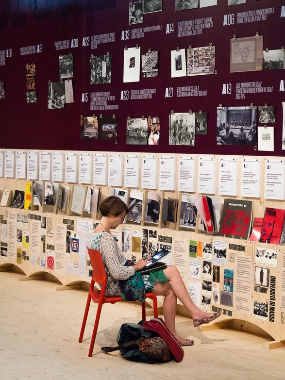 """Using the Radical Pedagogies """"wall library"""" of publications and archival material. Photo: Miguel de Guzman. imagensubliminal.com"""