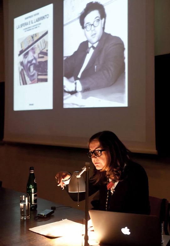Beatriz Colomina speaking at the Facutly of Architecture, Warsaw University of Technology. Photo: Bartosz Stawiarski.