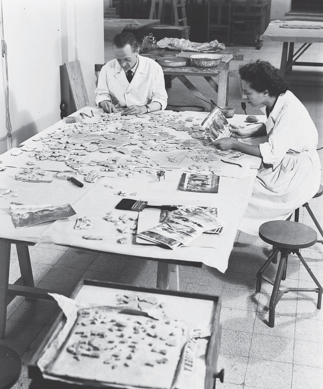 Paolo and Laura Mora work on fragments of the Mazzatosta Chapel at the Istituto Centrale del Restauro, Rome 1946